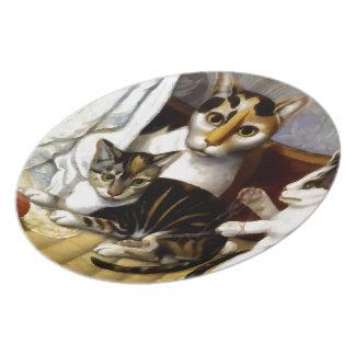 Gato del vintage con los gatitos plato de cena