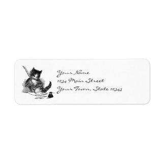 Gato del vintage que escribe una letra etiqueta de remite