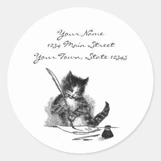 Gato del vintage que escribe una letra pegatina redonda