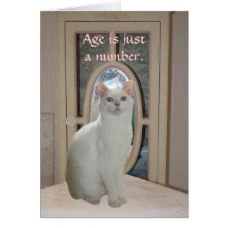 Gato divertido adaptable que mira en espejo tarjeta de felicitación