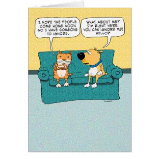 Gato divertido que ignora cumpleaños del perro tarjeta de felicitación