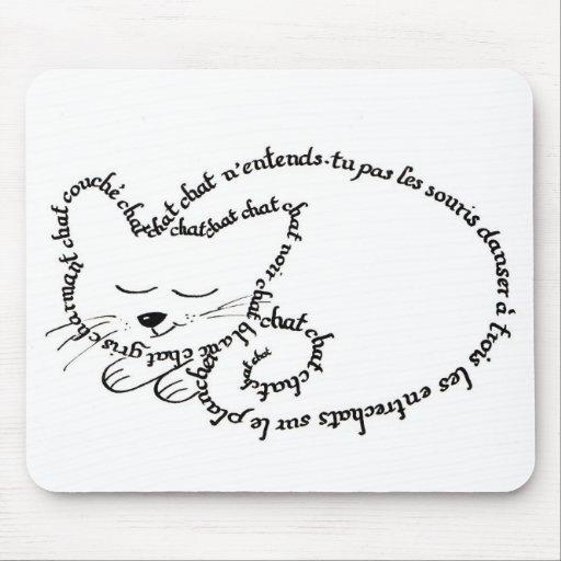 Gato durmiente, gato encantador tapete de ratón
