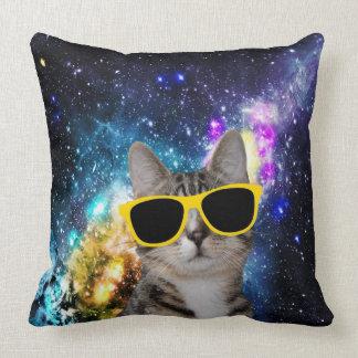Gato en almohada de tiro del espacio exterior