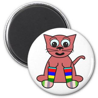 gato en calcetines del arco iris imán redondo 5 cm