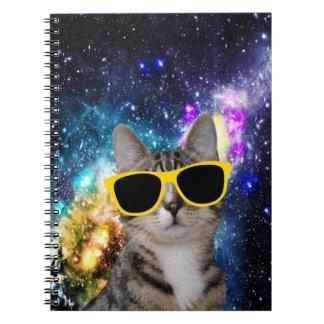 Gato en cuaderno espiral del espacio exterior
