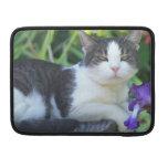 Gato en el jardín funda para macbook pro