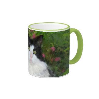 Gato en el jardín taza de café