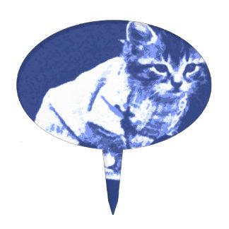 Gato en el taburete que lleva un suéter palillos de tarta