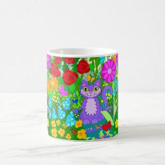 Gato en flores coloridas de la fantasía de las taza