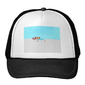 Gato en la playa que mira Seashells Gorros