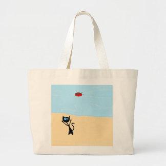 Gato en la playa que salta para el juguete del dis bolsas lienzo