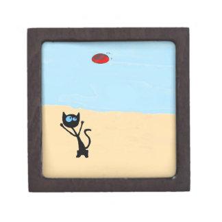 Gato en la playa que salta para el juguete del dis caja de recuerdo de calidad