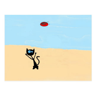 Gato en la playa que salta para el juguete del dis postal