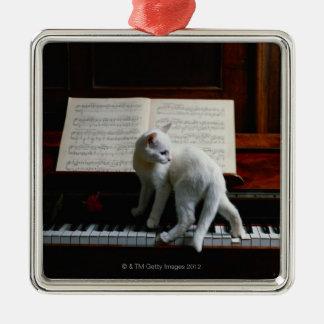 Gato en piano adorno navideño cuadrado de metal