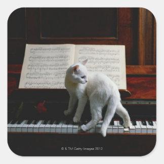 Gato en piano pegatina cuadrada