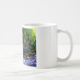 Gato en raíces del roble taza