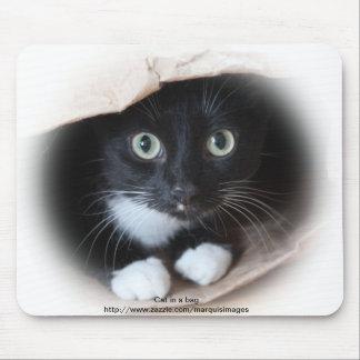 Gato en un bolso tapetes de ratón