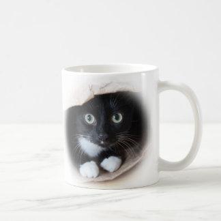 Gato en un bolso taza clásica