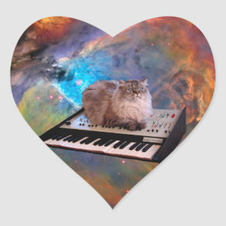 Gato en un teclado en espacio pegatina en forma de corazón
