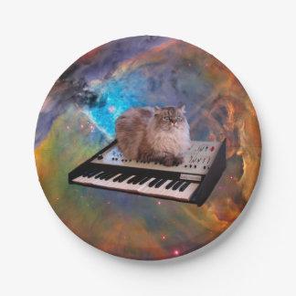 Gato en un teclado en espacio plato de papel de 7 pulgadas