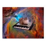 Gato en un teclado en espacio tarjetas postales