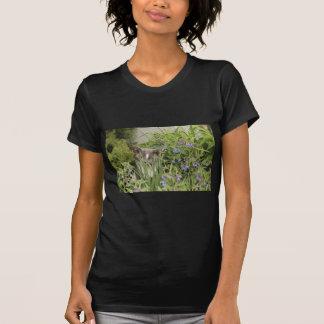 Gato en una cama de flores caliente camisetas