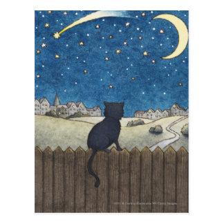Gato en una cerca que mira el cielo nocturno sobre postal