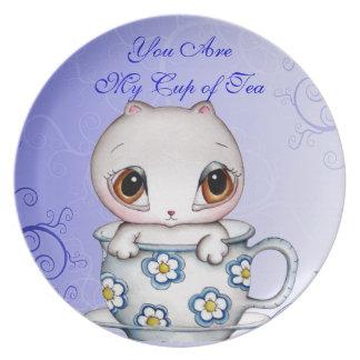 Gato en una placa del personalizable de la taza de platos