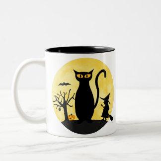 Gato en una taza de la luna de Halloween