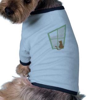 Gato en ventana camiseta de perro