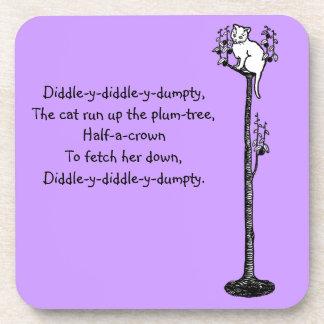 Gato encima de la poesía infantil del árbol de posavasos