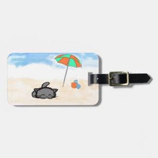 Gato encrespado para arriba en la playa etiquetas de equipaje