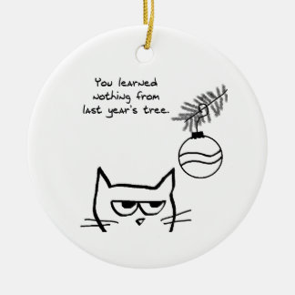 Gato enojado y el árbol de navidad adorno navideño redondo de cerámica