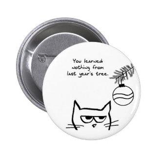 Gato enojado y el árbol de navidad pin redondo de 2 pulgadas