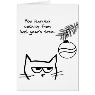 Gato enojado y el árbol de navidad tarjeta de felicitación