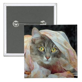 Gato envuelto en paño pin cuadrada 5 cm