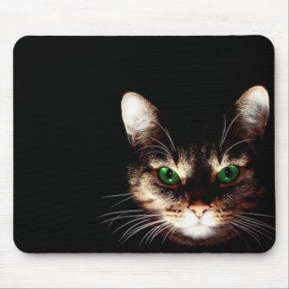 Gato fantasmagórico en el cojín de ratón oscuro alfombrillas de ratón