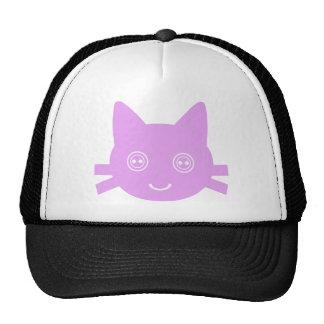 Gato feliz lindo observado botón rosado del gatito gorras de camionero