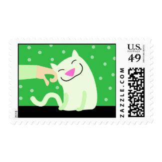 Gato feliz que es acariciado timbre postal