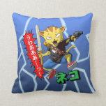 Gato fresco del guerrero con el arma y espada y re almohadas