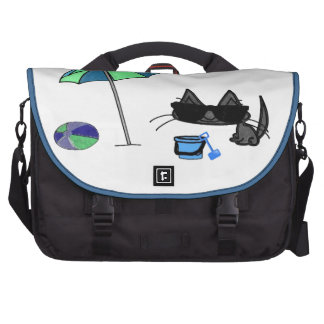 Gato fresco que se divierte en la playa bolsas de portatil