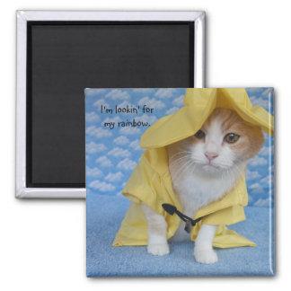 Gato/gatito en impermeable amarillo del impermeabl imán cuadrado