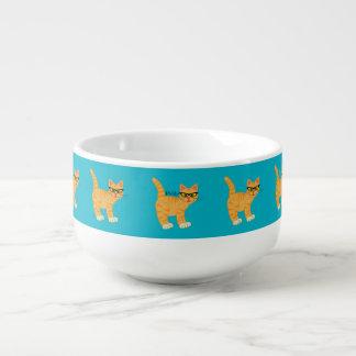 Gato Geeky femenino lindo con el cuenco para sopa