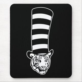 Gato grande en sombrero de copa rayado mousepads