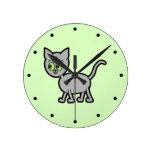 Gato gris con los ojos verdes reloj de pared