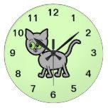 Gato gris con los ojos verdes relojes de pared