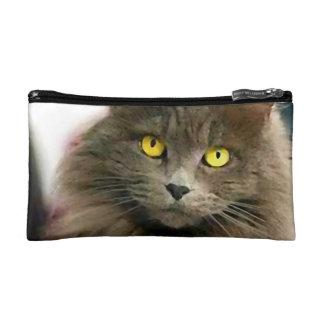 Gato gris de pelo largo lindo con los ojos de oro