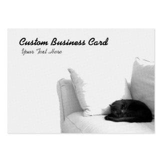 Gato gris el dormir en el sofá blanco plantilla de tarjeta de negocio