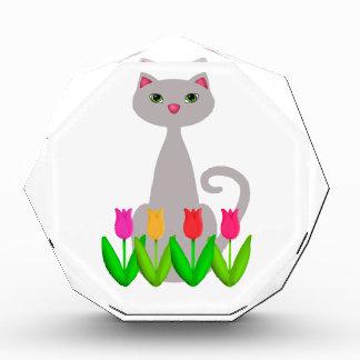 Gato gris en flores de la primavera