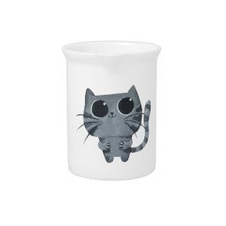 Gato gris lindo con los ojos morados grandes jarra